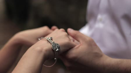romantik : A man and a woman hold hands on a background of rocks. Stok Video