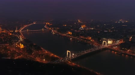 cadeia : Aerial view of Chain bridge and Parliament building in Budapest, Hungary at night