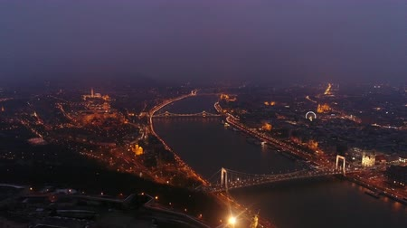 parlamento : Aerial view of Chain bridge and river Danube in Budapest, Hungary at night. Stok Video