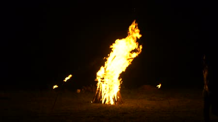A large bonfire burns in the night, Russian folk traditions Stok Video