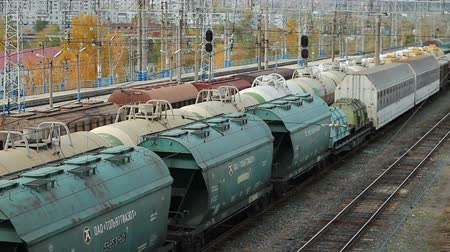 The transport train carries barrels and containers Stok Video