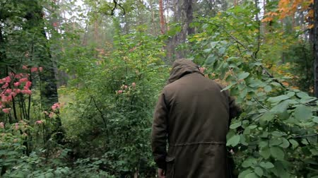 The guy is lost in the woods Stok Video