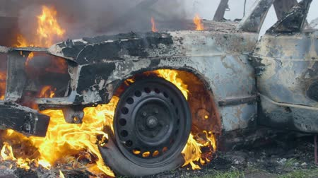 bomba : Burning car tires, the car burns a wheel, a completely burnt out car