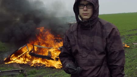 oil drop : The guy set fire to the car, protest, opposition to power, revenge Stock Footage