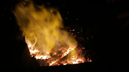 kowal : Close up of furnace in blacksmith workshop with flames in slow motion