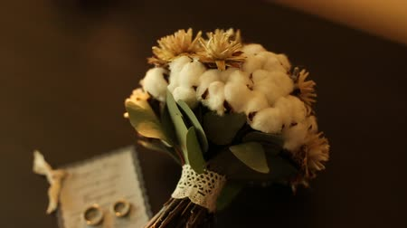 zaproszenie : bridal bouquet and gold rings on the table Wideo