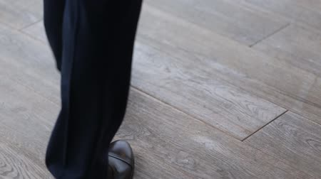 cipőfűző : Close up of businessmen legs in black shoes and trousers walking on the floor