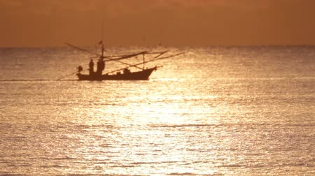 oceânico : Fishing boat moves through the water at sunset. Stock Footage