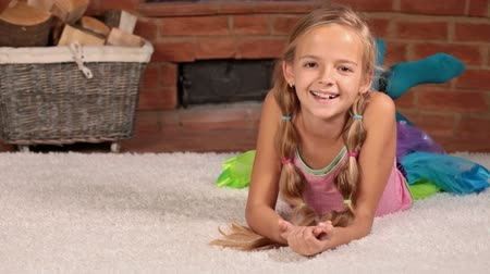 yatarken : Girl lying on the floor laughing with joy Stok Video