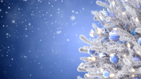 díszített : White decorated christmas tree with falling snowflakes Stock mozgókép