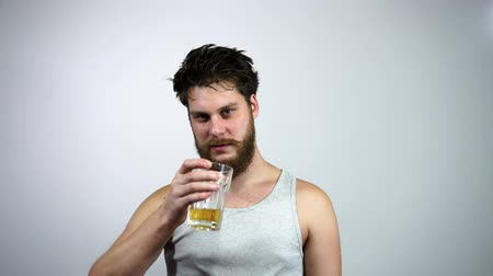 пивоваренный завод : Drunk bearded guy drinking light beer and kicks the taste