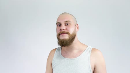 небритый : A bearded man shaves his head with clippers.bald head of the guy in the mirror. Стоковые видеозаписи