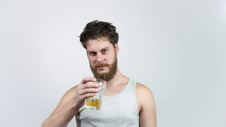 fabricado cerveja : Bearded guy drinking beer and kicks the taste.Man holding a glass with alcohol. Vídeos
