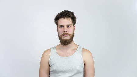 confundido : Frustrated man looking at the camera.A young guy with a beard in depression.