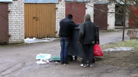 бедный : Tramps digging in dumpster