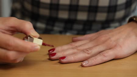lakier do paznokci : Woman apply red nail polish episode 4