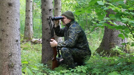 av : Man with optical rifle and binoculars in the woods episode 2 Stok Video