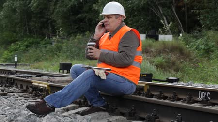 çay fincanı : Worker with a coffee on the rail episode 2 Stok Video