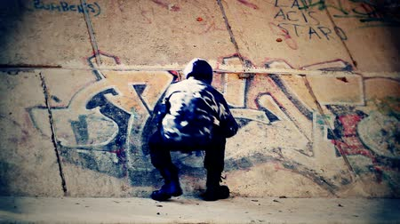 může : Teenager with color spray can near the wall episode 2 Dostupné videozáznamy
