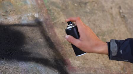 může : Teenager with color spray can near the wall episode 3 Dostupné videozáznamy