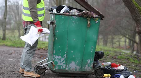 сбор : Worker near crowded waste containers episode 1 Стоковые видеозаписи