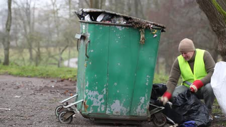 сбор : Worker near crowded waste containers episode 2 Стоковые видеозаписи