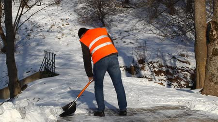 karbantartás : Man with a snow shovel on the sidewalk episode 2 Stock mozgókép
