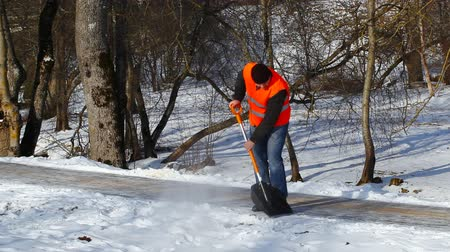 karbantartás : Man with a snow shovel in winter episode 5 Stock mozgókép