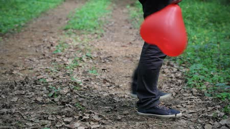 alakzatok : Man with red balloon in park episode 1