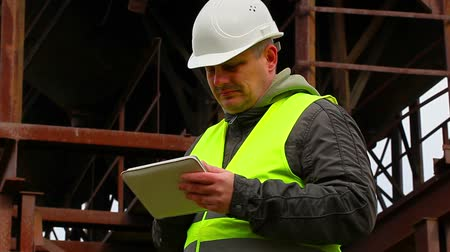 checagem : Engineer looking for information in tablet PC Vídeos