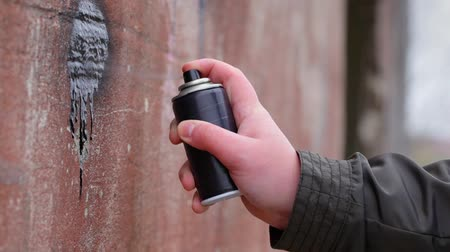pulverização : Hand with color spray can near the old wall Stock Footage