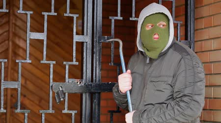 ladrão : Robber with crowbar near gates