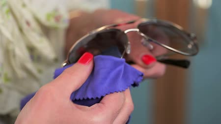 optický : Woman with napkin cleaning Sunglasses