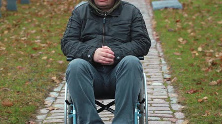 rokkant : Disabled veteran in wheelchair at cemetery in autumn