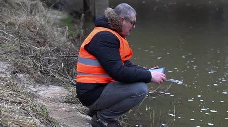 rzeka : Environmental inspector checks the river pollution