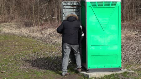уборная : Man go to in green portable toilet