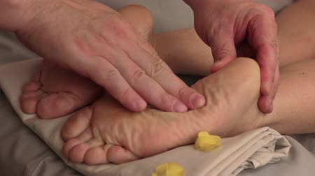 глубоко : Therapist doing feet massage