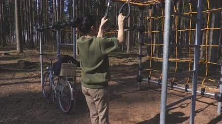 músculos : Woman doing exercise at outdoor