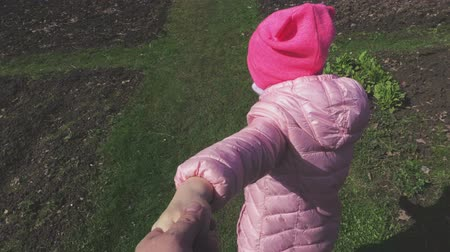 parentalidade : Little girl keeping hand and walking