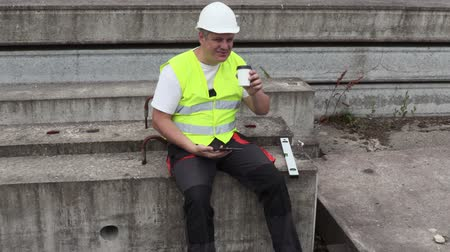 müfettiş : Construction worker using tablet and drink coffee