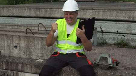 descontente : Construction engineer show emotions