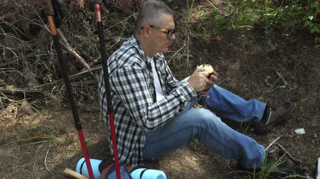 perdido : Hiker cuts and eats apple