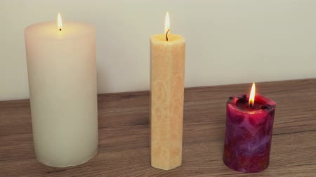 suporte : Three different burning candles