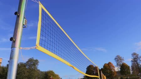 Geel volleybalnet in wind Stockvideo