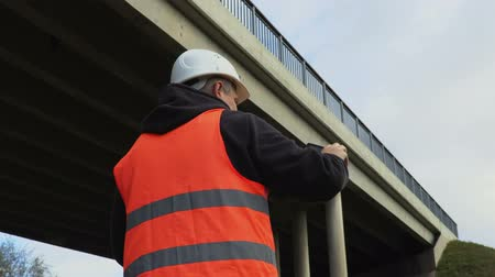 płot : Engineer filmed with tablet PC damaged bridge Wideo
