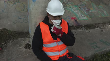 dumanlı sis : Worker in the air mask at outdoors