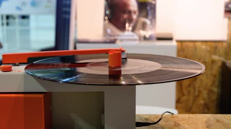vinil : Berlin, Germany - September 05, 2018: Rotating modern turntable Duo of the Hym company at IFA 2018. IFA is the worlds largest trade fair for consumer electronics and home appliances.