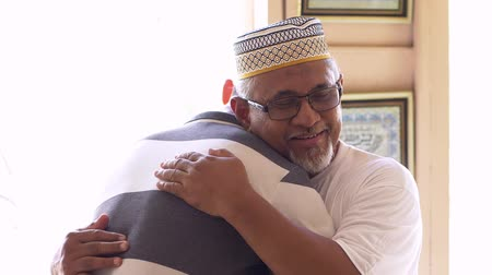 malaya : Senior man hugging his son Stok Video