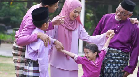 ünnepies : Muslim family celebrating Eid Aidilfitri Stock mozgókép