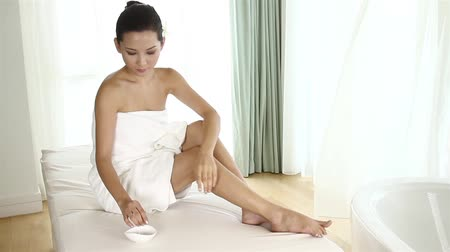pleťová voda : Woman applying lotion on her legs Dostupné videozáznamy